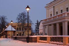 L'hiver dans la rue de ville de Sibiu au crépuscule Photo stock