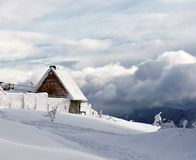 L'hiver dans les montagnes images stock