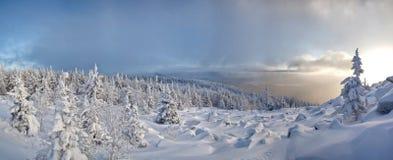 L'hiver dans ural méridional. Montagne de Kumardaque images stock