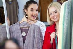 L'hiver de achat d'amies outwear Photographie stock