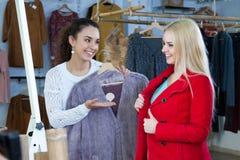 L'hiver de achat d'amies outwear Image stock