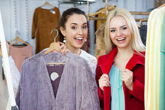 L'hiver de achat d'amies outwear Photos stock