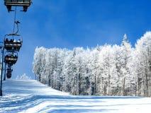 l'hiver de blanc de ski de ressource de montagnes Photographie stock libre de droits