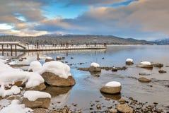 L'hiver de Doc. de lac et de bateau mountain avec la neige images stock