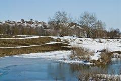 l'hiver de fleuve de montagne Photos libres de droits