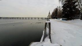 l'hiver de la Russie de fleuve d'Omsk d'irtysh de remblai de ville banque de vidéos