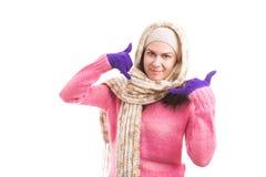 L'hiver de port de femme a tricoté des vêtements que la fabrication m'appellent geste photographie stock libre de droits