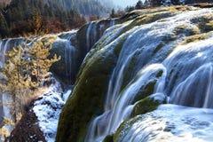 L'hiver de vallée de jiuzhai de cascade à écriture ligne par ligne de banc de perle Image libre de droits