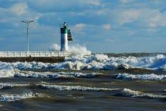 L'hiver du lac Ontario ondule se briser dans un phare Image stock