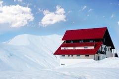 l'hiver ensoleillé de maison lumineuse de jour Photos libres de droits