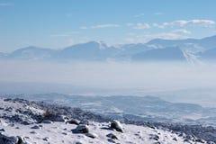 l'hiver ensoleillé de vallée de montagne de regain de jour Images stock