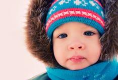 L'hiver extérieur de neige de garçon. Temps de Noël Photos stock