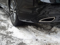 L'hiver fatigue sur la route couverte de neige Photos stock