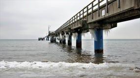 L'hiver gouttelette de glace sous le pont de mer image libre de droits
