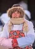 L'hiver a habillé le vendeur féminin sur un marché, Pékin, Chine Photo stock