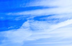 L'hiver Jour ensoleillé Le ciel opacifie le fond Image libre de droits