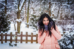 L'hiver La fille apprécie la neige Photographie stock libre de droits