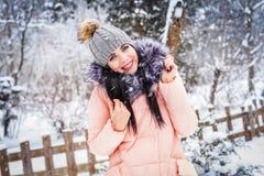 L'hiver La fille apprécie la neige Image stock