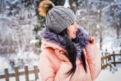 L'hiver La fille apprécie la neige Photo libre de droits