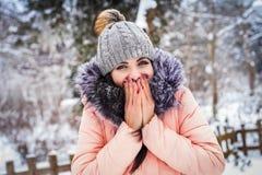 L'hiver La fille apprécie la neige Image libre de droits