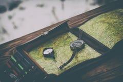 L'hiver neige Table en bois Il y a une boussole et un odomètre là modifie la tonalité image stock