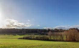 L'hiver Pré Colline de forêt Ciel Champ photographie stock