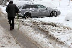 L'hiver Promenade de personnes sur routes très neigeuses Étape de personnes sur une voie neige-égarée Trottoir glacial Glace sur  photos stock