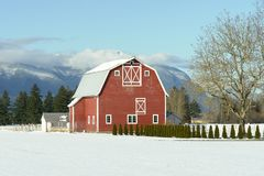 L'hiver rouge de grange images stock
