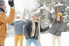 l'hiver sledging de week-end de fils de beau père de jour Image stock