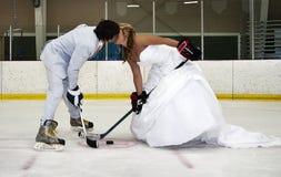 L'hockey de mariée et de marié font face hors fonction Photo libre de droits