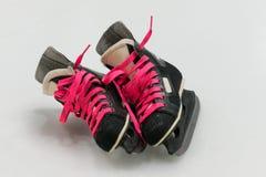 L'hockey noir d'isolement de vieux-mode patine avec le lacet de chaussures rose Photo libre de droits