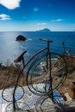 L'hommage de bicyclette de Postino dans Pollara, saline, éolienne est, l'Italie Image libre de droits
