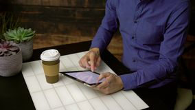 L'homme à l'aide du moteur de recherche sirote le café banque de vidéos