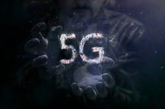 L'homme à la nuance et la fumée signent 5g Image libre de droits