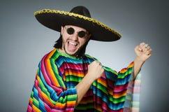 L'homme à un arrière-plan gris de poncho mexicain vif d'isolement Photos stock