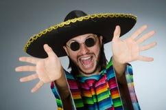 L'homme à un arrière-plan mexicain vif de gris de poncho Photographie stock libre de droits