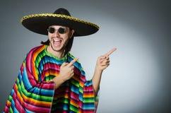 L'homme à un arrière-plan mexicain vif de gris de poncho Image stock