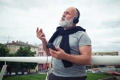 L'homme âgé élégant sur le pont est rentré la musique Image libre de droits
