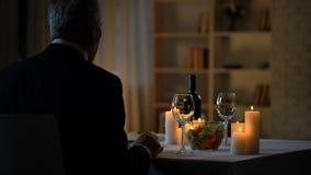 L'homme âgé nerveux s'asseyant à la table a servi au dîner romantique, date à la maison clips vidéos