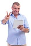 L'homme âgé par milieu occasionnel montre le signe de victoire Photographie stock