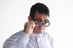 L'homme âgé par milieu regarde l'appareil-photo Image stock