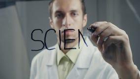L'homme écrit le ` de la science de ` de mot sur le tableau noir