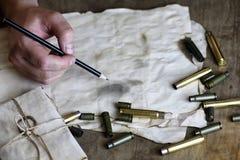 L'homme écrivent à lettre la rétro balle sur la table Images libres de droits