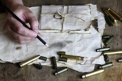 L'homme écrivent à lettre la rétro balle sur la table Image libre de droits