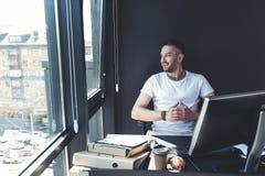 L'homme élégant de sourire travaille avec plaisir Photos libres de droits