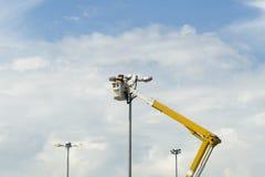 L'homme électrique de technicien sur le panier Photo libre de droits
