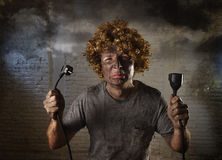 L'homme électrocuté avec le câble fumant après accident domestique avec le choc brûlé sale de visage a électrocuté l'expression Images libres de droits