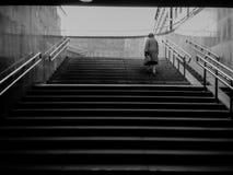 L'homme émerge du souterrain photo libre de droits