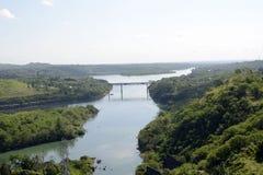 L'homme énorme a fait à rivière le pont en construction du barrage électrique hydraulique de Magat Photographie stock