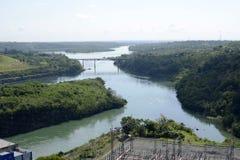 L'homme énorme a fait à rivière le pont en construction du barrage électrique hydraulique de Magat Image libre de droits